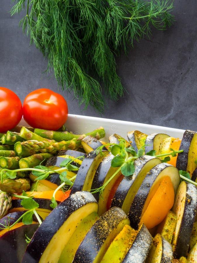 Ratatouille - legumiera tradizionale di Provencal del francese cucinata in forno immagini stock libere da diritti