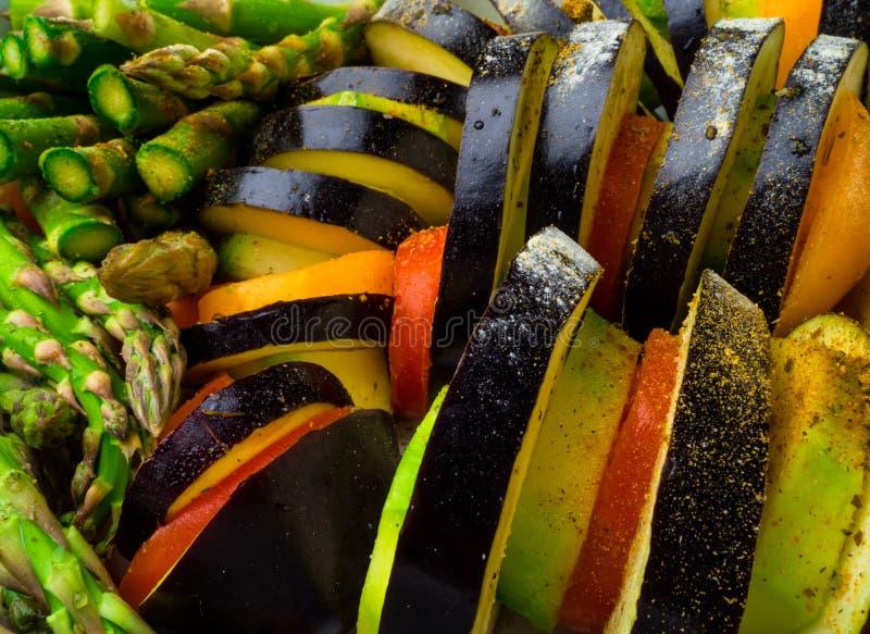 Ratatouille - legumiera tradizionale di Provencal del francese cucinata in forno Alimento vegetariano del vegano di dieta - casse immagini stock