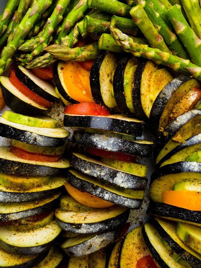 Ratatouille - legumiera tradizionale di Provencal del francese cucinata in forno Alimento vegetariano del vegano di dieta - casse immagini stock libere da diritti