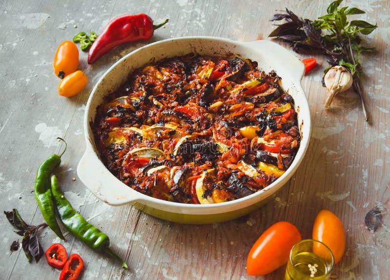 Ratatouille - traditionell fransk grönsakmaträtt som lagas mat i ugn Banta vegetarisk strikt vegetarianmat - ratatouilleeldfast f fotografering för bildbyråer