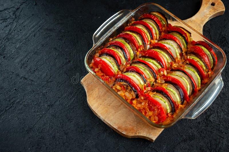 Ratatouille - traditionell maträtt av Provencal kokkonst Sund grönsakmat Mörk stenbakgrund royaltyfri foto