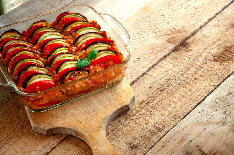 Ratatouille - traditionell maträtt av Provencal kokkonst Sund grönsakmat spelrum med lampa arkivbilder