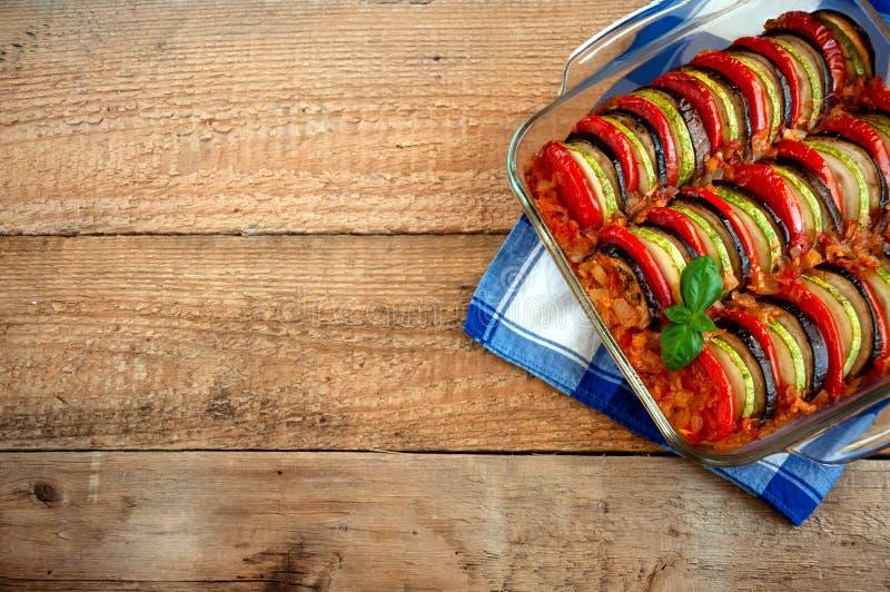 Ratatouille - traditionell maträtt av Provencal kokkonst Sund grönsakmat spelrum med lampa arkivfoton