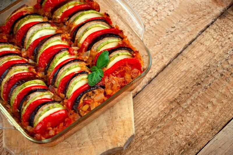 Ratatouille - traditionell maträtt av Provencal kokkonst Sund grönsakmat spelrum med lampa arkivbild