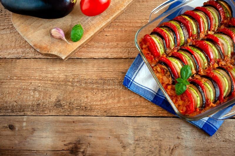 Ratatouille - traditionell matr?tt av Provencal kokkonst Sund gr?nsakmat spelrum med lampa royaltyfria foton
