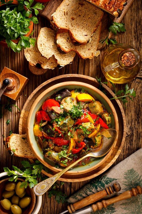 Ratatouille, vegetarisk ragu som göras av zucchinin, aubergine, peppar, lökar, vitlök och tomater med tillägget av aromatiska ört arkivfoton