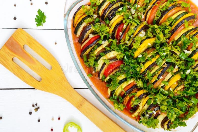 Ratatouillen är en traditionell grönsakmaträtt av Provencal kokkonst: peppar, aubergine, tomater och zucchini arkivfoton