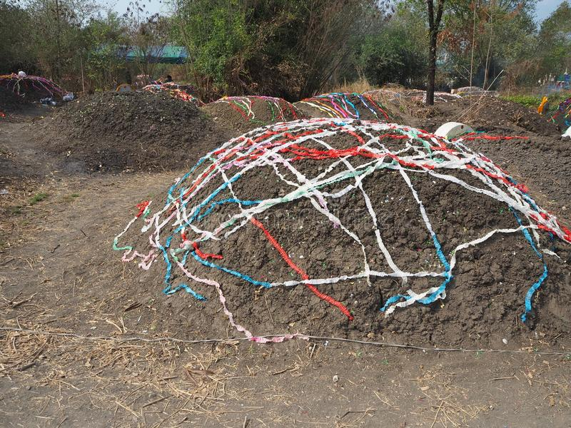 Ratchaburi,泰国- 4月05,2018 :有五颜六色的纸装饰的中国坟园坟茔详尽的天或Qingming节日 免版税库存图片