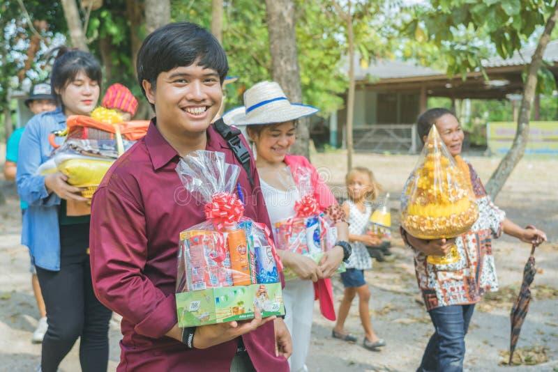 RATCHABURI-Ταϊλάνδη, στις 14 Απριλίου: Παρέλαση τελετής χειροτονίας στο βουδιστικό ταϊλανδικό τελετουργικό μοναχών για το άτομο α στοκ φωτογραφία