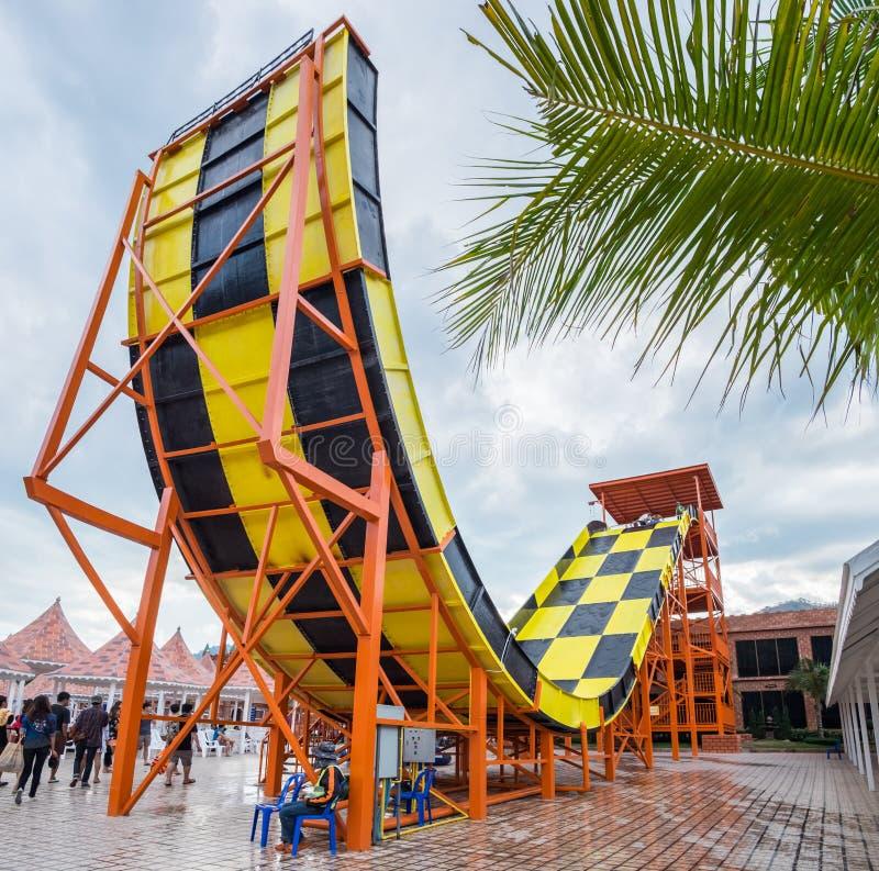 Ratchaburi, Tailândia - 30 de janeiro de 2016: Parque da água, parque do oceano, parque de diversões, slider colorido no recurso  fotografia de stock