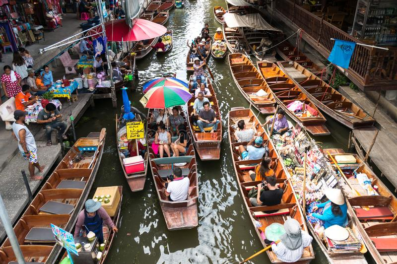 Ratchaburi Tailândia - setembro, 3 2015: Mercado de flutuação de Damnoen Saduak, as atrações famosas e a flutuação a mais popular imagens de stock