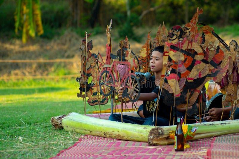 Ratchaburi, Tailandia: 20 de enero de 2019 - la demostración de marionetas de cuero tradicional, llamó el pulmón de Nung TA reali imagen de archivo libre de regalías