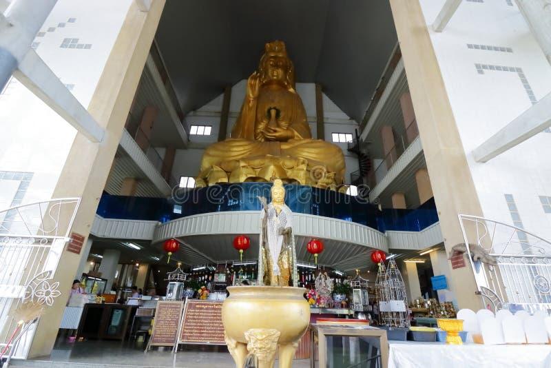Ratchaburi, Tailandia - 10 de marzo de 2018: Tiro granangular de la estatua de oro grande de Guan Im en el templo de Nong Hoi fotos de archivo