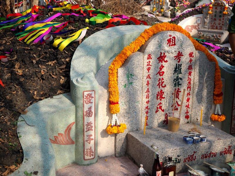 Ratchaburi, Thaïlande - avril 05,2018 : Ancêtre adorant avec l'offre sacrificatoire dans le festival de Qingming chez Jing Gung C photos libres de droits