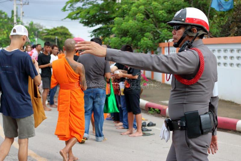 Ratchaburi, Thaïlande - 18 octobre 2016 : La police thaïlandaise soutient des personnes et des moines bouddhistes à la fin de Len photographie stock libre de droits