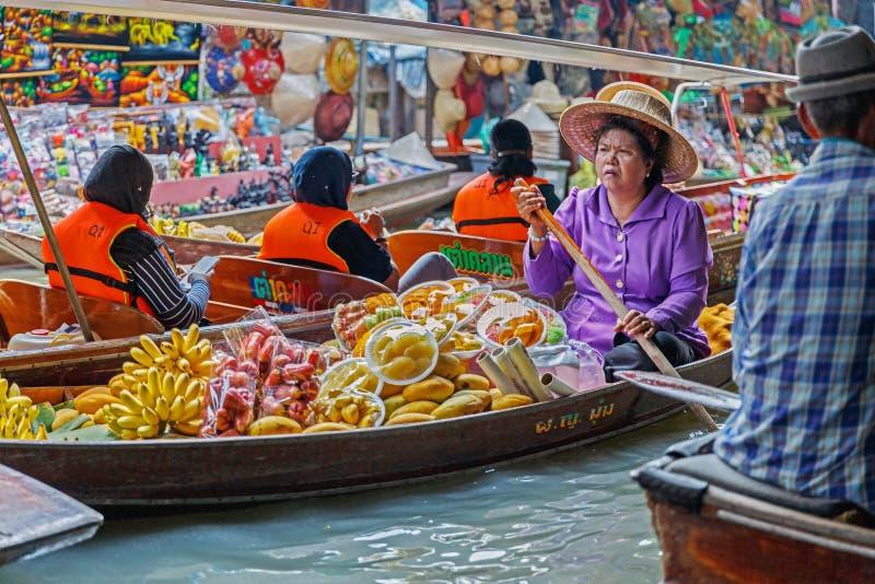 Ratchaburi/Thailand - April 21 2018: Het fruit van de mensenverkoop als banaan in de boot bij het drijven markt royalty-vrije stock foto