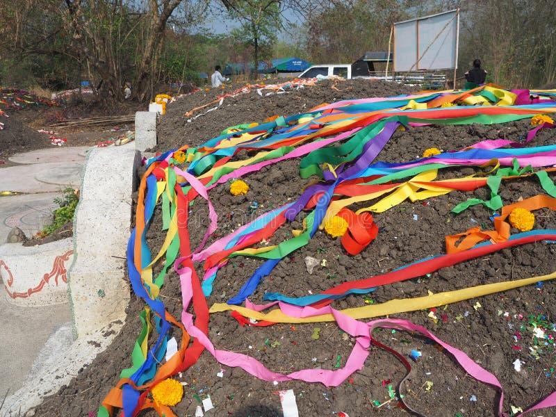 Ratchaburi Thailand - April 05,2018: Kinesisk kyrkogård med färgrik pappers- garnering på den svepande dagen för gravvalv eller d royaltyfri bild