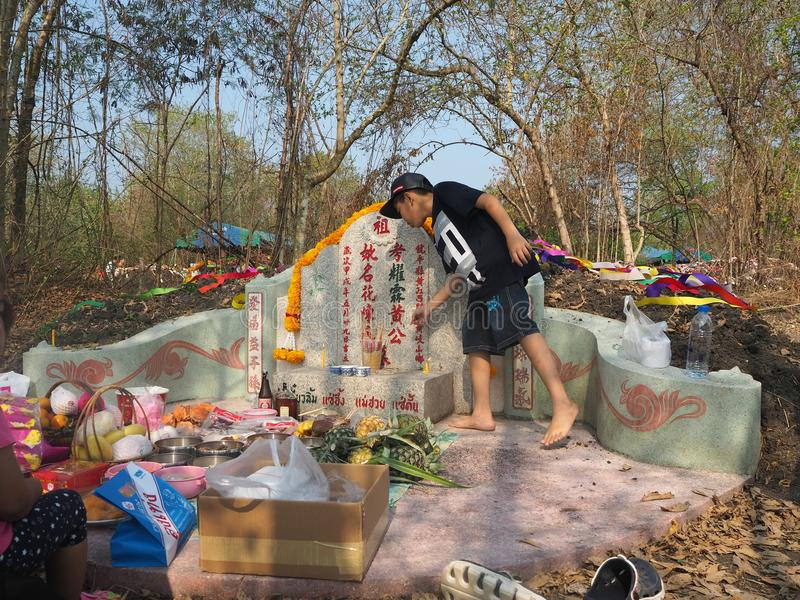 Ratchaburi , Thailand - April 05,2018 : Thai people praying Ancestor Worshipping with Sacrificial offering in the Qingming Festiva royalty free stock photos
