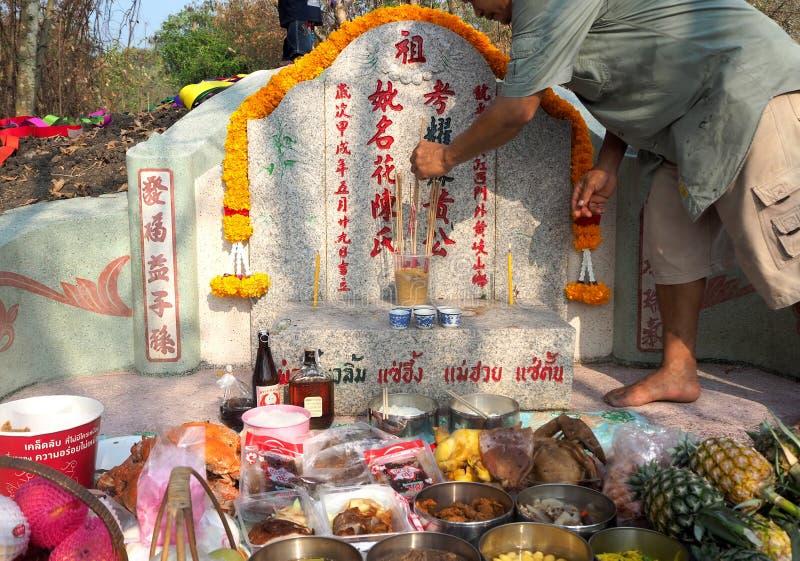 Ratchaburi, Thailand - April 05,2018: Thailändische Leute betender Vorfahr, der mit dem Opferangebot im Qingming Festiva anbetet stockfotos