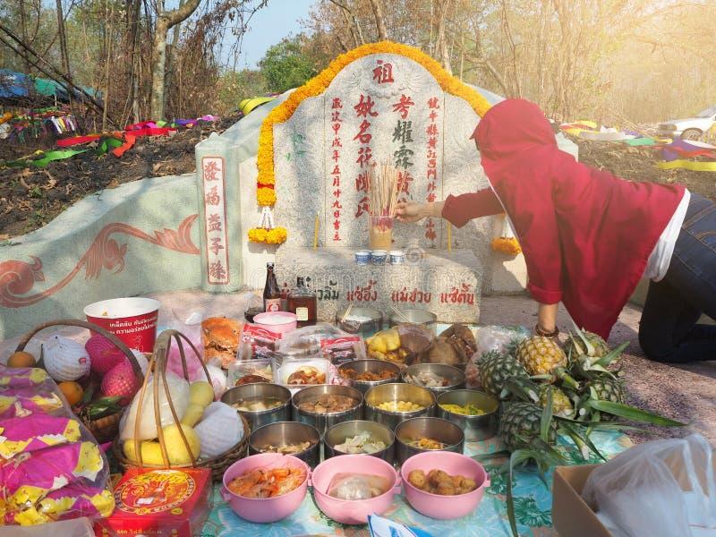Ratchaburi, Thailand - April 05,2018: Thailändische Leute betender Vorfahr, der mit dem Opferangebot im Qingming Festiva anbetet stockbild