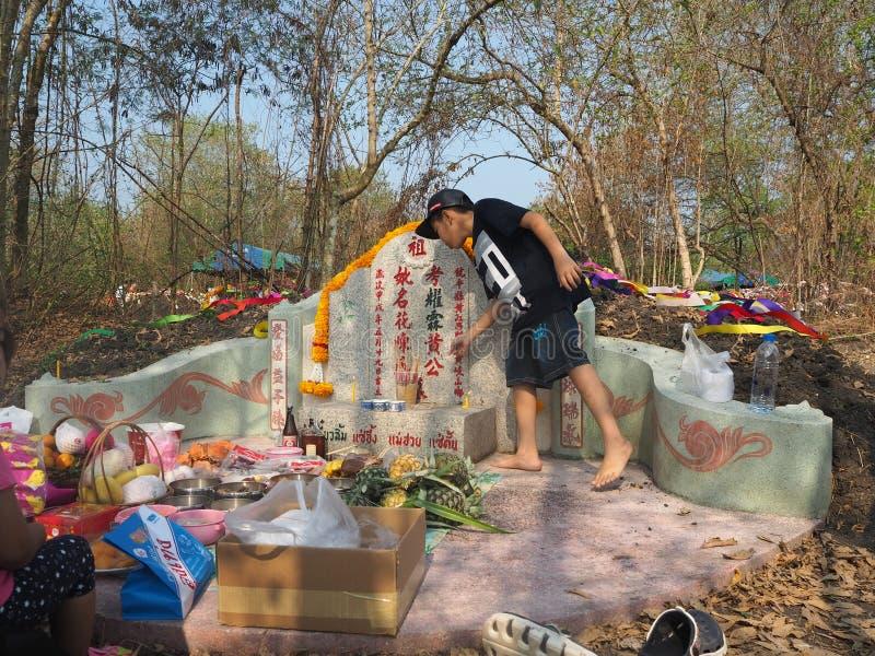 Ratchaburi, Thailand - April 05,2018: Thailändische Leute betender Vorfahr, der mit dem Opferangebot im Qingming Festiva anbetet lizenzfreie stockfotos