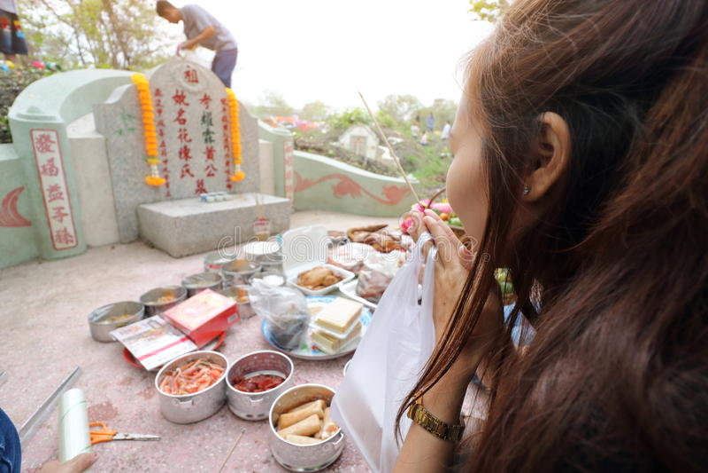 Ratchaburi, Thailand - 4. April 2017: Thailändische Leute betender Vorfahr, der mit dem Opferangebot im Qingming-Festival anbetet stockfoto