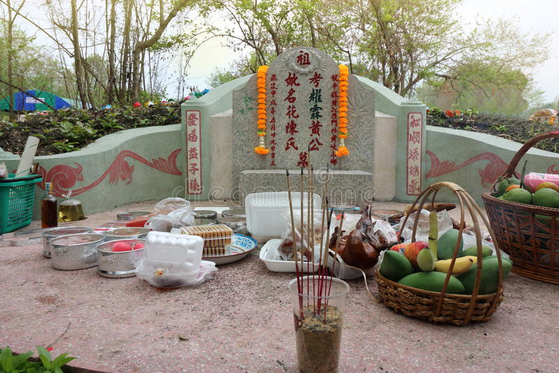 Ratchaburi, Thailand - 4. April 2017: Vorfahr, der mit dem Opferangebot im Qingming-Festival bei Jing Gung Cemete anbetet lizenzfreie stockfotos