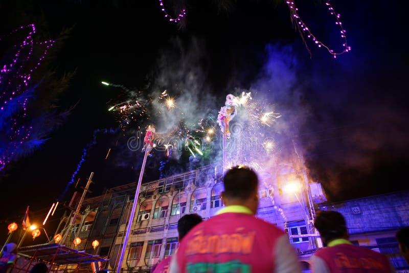Ratchaburi, Thailand: 17 januari, 2018 - Chinese Nieuwjaarviering door traditionele prestaties van leeuw met vuurwerk op stock afbeelding