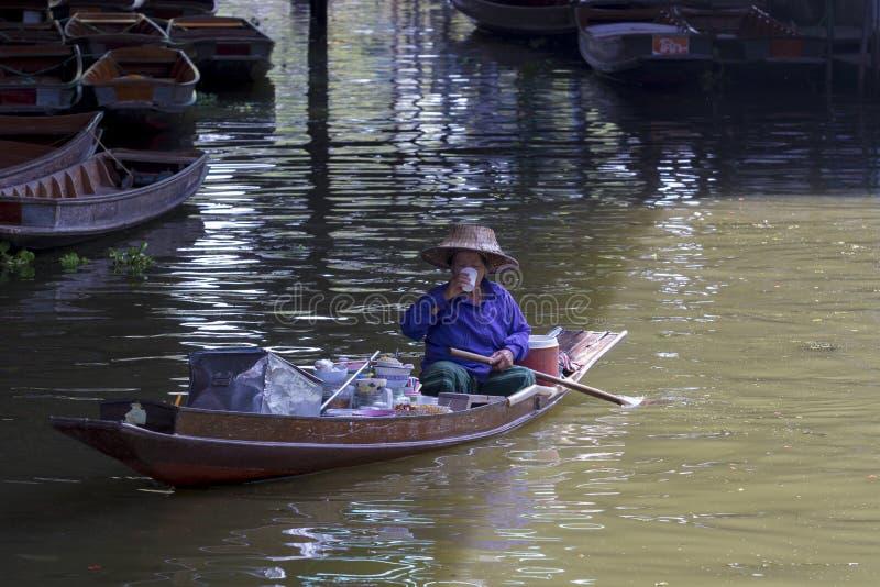 RATCHABURI THAILAND - MAJ 21: thai hög kvinnaseglingmat bo royaltyfri bild