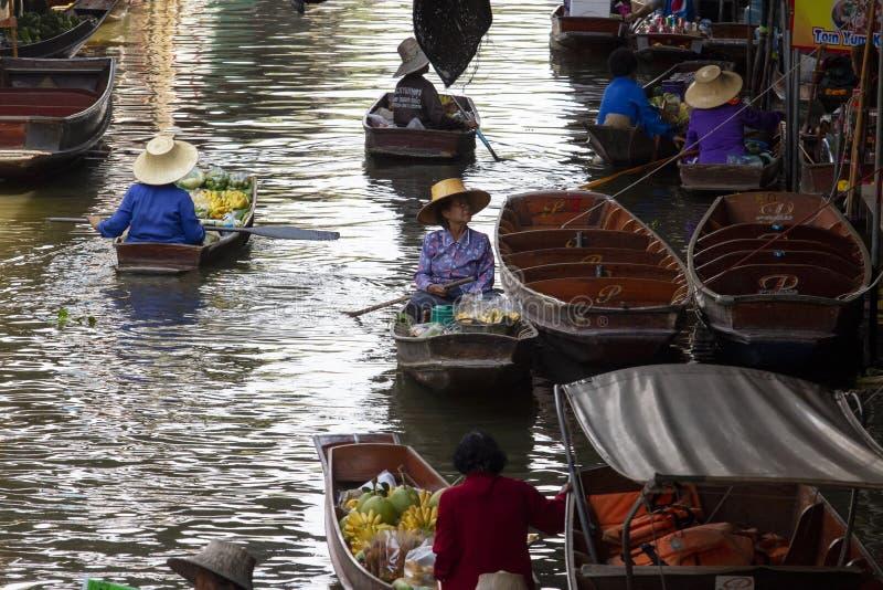 Ratchaburi Thailand - may21,2017: inhemskt liv i dumneonsaduakkanal eller svävamarknad av ratchaburi en av mest populärt arkivbild