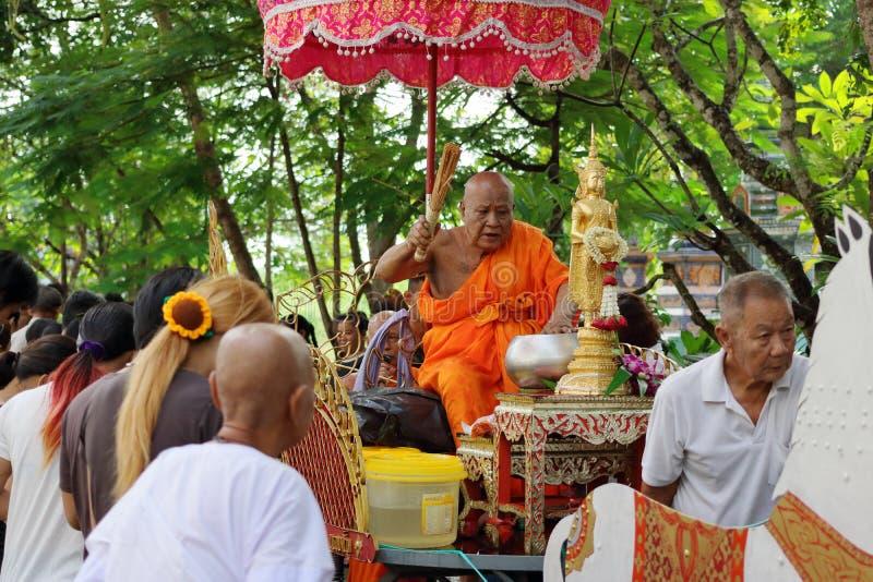 Ratchaburi, Thailand - Oktober 18, 2016: Ratchaburi, Thailand - Oktober 18, 2016: De boeddhistische monniken zegenen aan mensen u royalty-vrije stock foto's