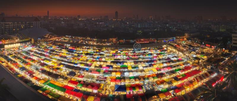 Ratchada夜市场在日落期间的曼谷 免版税库存照片