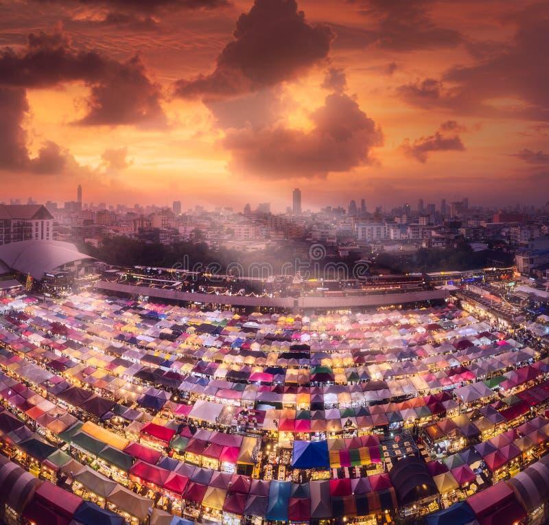 Ratchada-Nachtmarkt in Bangkok während des Sonnenuntergangs lizenzfreie stockfotos