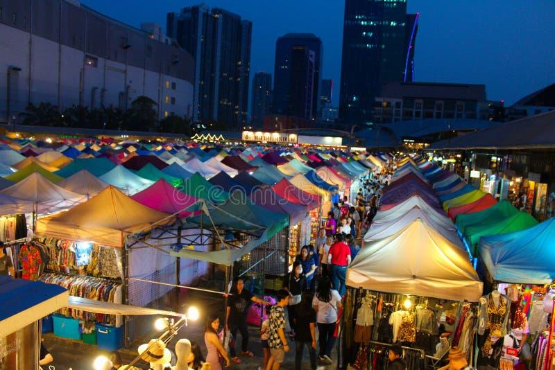 Ratchada röta Fai Train Market på natten i Bangkok, Thailand arkivfoto