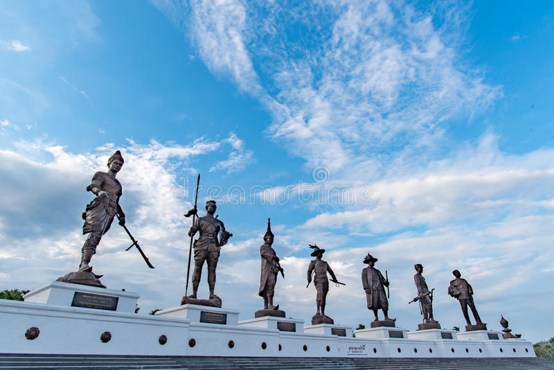 Ratchapak parkerar kungligt offentligt och statyerna av sju konungar av Thailand royaltyfria foton