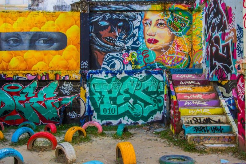 Ratchathewi, Bangkok, Thaïlande en novembre 3,2018 : Murs colorés de graffiti au parc public de Chalermla sur Phayathai Rd , à cô photos libres de droits