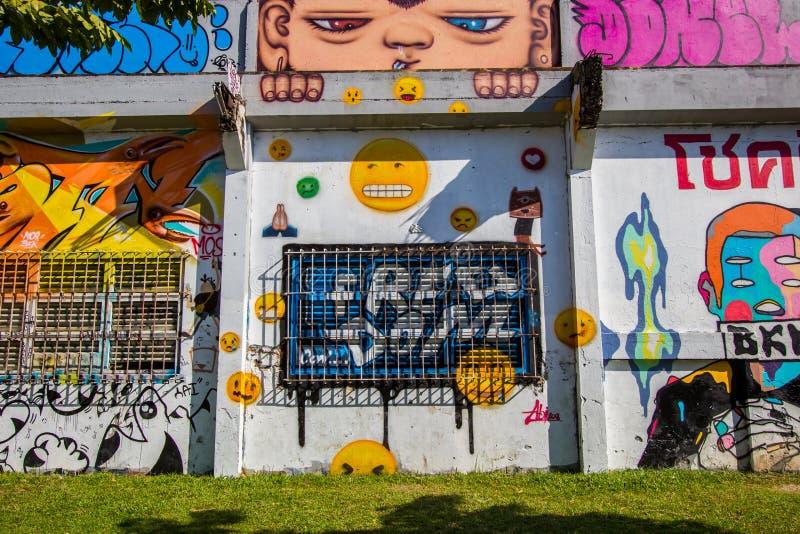 Ratchathewi, Bangkok, Thailand op 3,2018 November: Kleurrijke graffitimuren bij het Openbare Park van Chalermla op Phayathai Rd , royalty-vrije stock foto