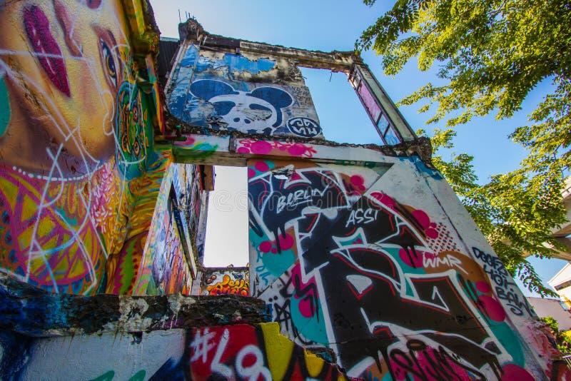 Ratchathewi, Bangkok, Thailand op 3,2018 November: Kleurrijke graffitimuren bij het Openbare Park van Chalermla op Phayathai Rd , stock afbeeldingen