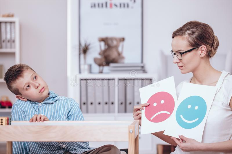 Ratgeber, der autistisches Kind unterrichtet stockbilder