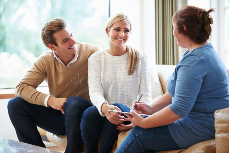 Ratgeber, welche Paaren auf Verhältnis-Schwierigkeiten rät lizenzfreies stockbild