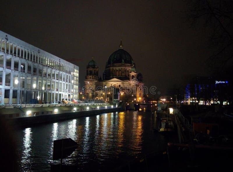 Rathaus街道圣诞灯米特区柏林在德国在夜之前 库存照片