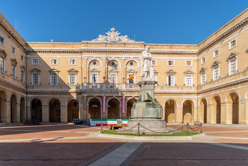 Rathaus auf dem Giacomo Leopardi Platz mit dem Denkmal für den Dichter, Recanati Town, Italien stockfoto