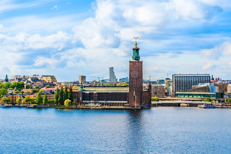 Rathaus auf der Ufergegend von See Malaren, wie von Monteliusvagen-Hügel in Stockholm, Schweden gesehen stockbilder