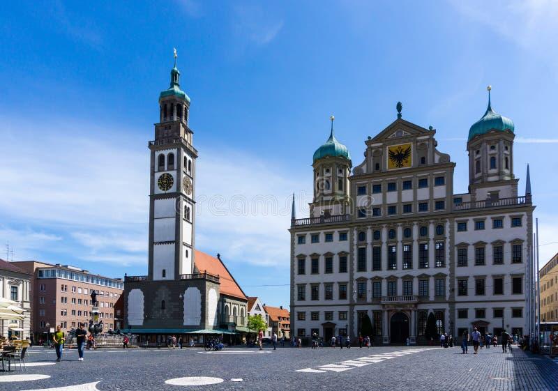 Rathaus in Augsburg beim Rathausplatz mit perlachturm mit blauem Himmel stockbild
