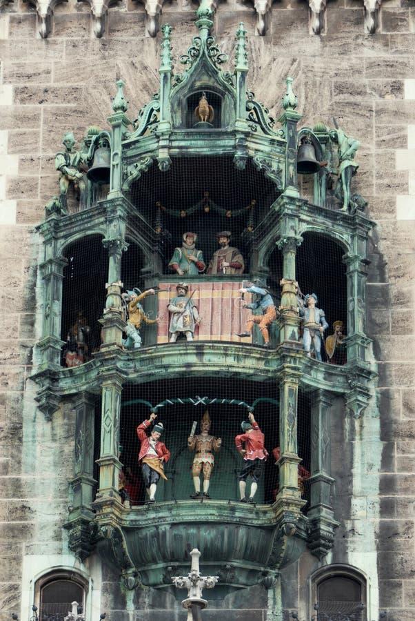 Rathaus-Glockenspiel i den Marienplatz fyrkanten av Munich, Tyskland royaltyfri fotografi