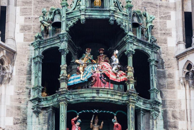 Rathaus-Glockenspiel klockspel, häststrid royaltyfri fotografi