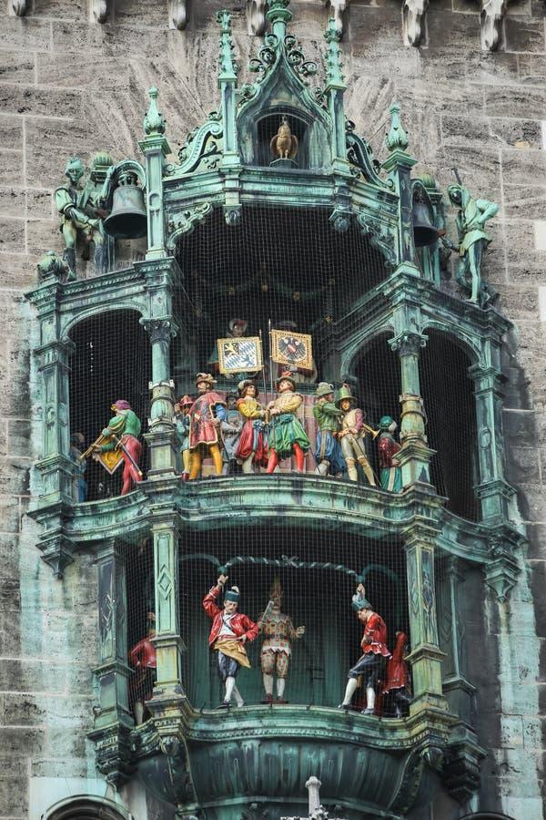 Rathaus Glockenspiel på Marienplatz royaltyfria bilder