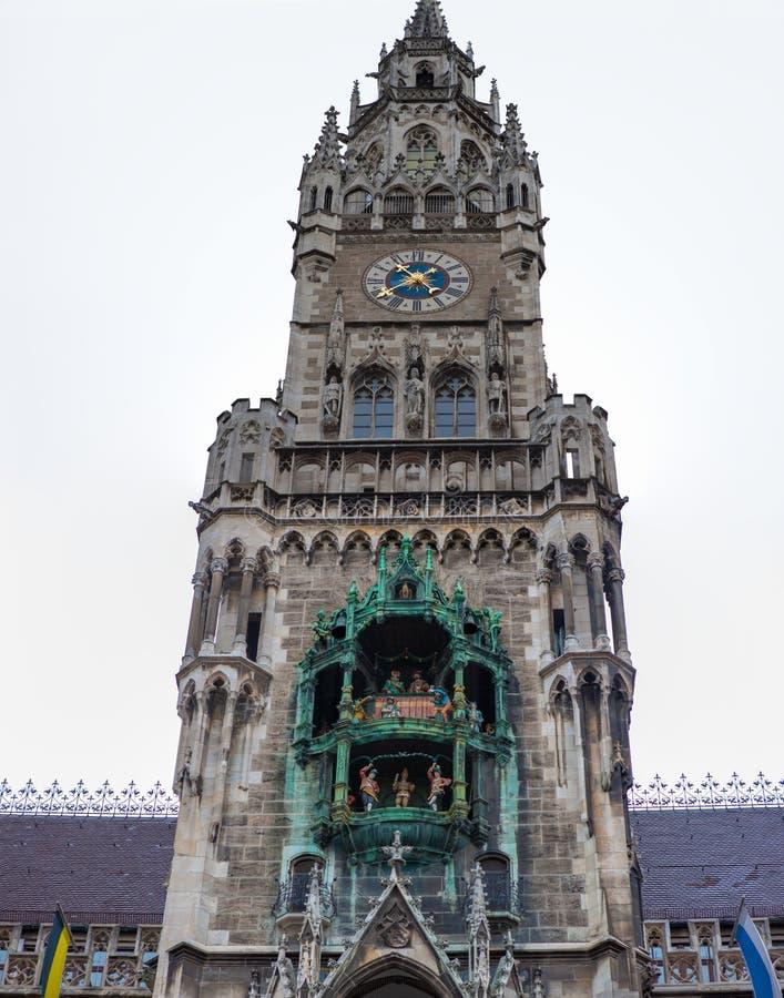 Rathaus-Glockenspiel på Marienplatz clocktower, Munich, Tyskland royaltyfria bilder
