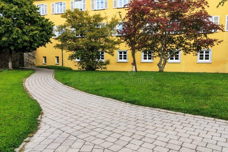 Rathaus mit Park in schlechtem Saulgau, Deutschland lizenzfreie stockfotos
