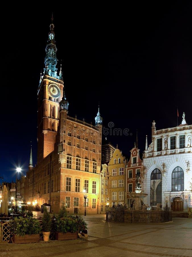 Rathaus nachts in Gdansk stockfotos